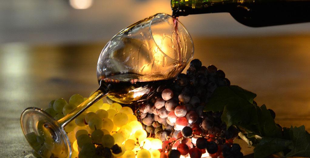Weinglas auf Trauben